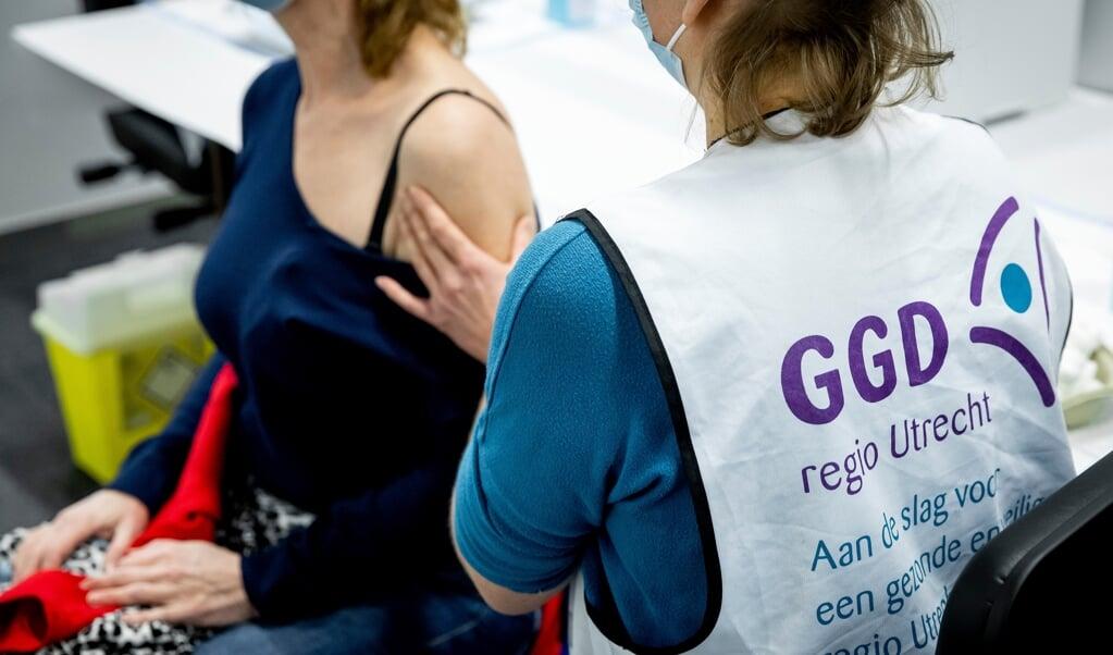 GGD-personeel oefent in Expo Houten, waar op 8 januari de eerste prik wordt gezet.  (beeld anp / Koen van Weel)