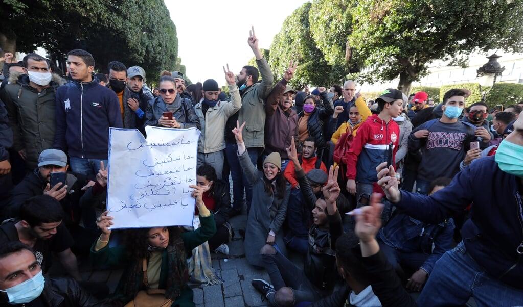 Demonstraties in Tunis tegen toenemende armoede en willekeurige arrestaties door de Tunesische politie. Er zijn dezelfde slogans te horen als tijdens de Arabische Lente van december 2010 en begin 2011.  (beeld epa / Mohamed Messara)