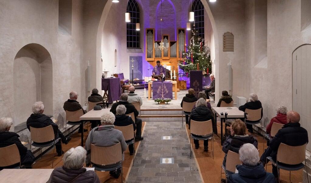 De katholieken vieren nu de eucharistie in de kleinere, intiemere Joriskerk.  (beeld Niek Stam)