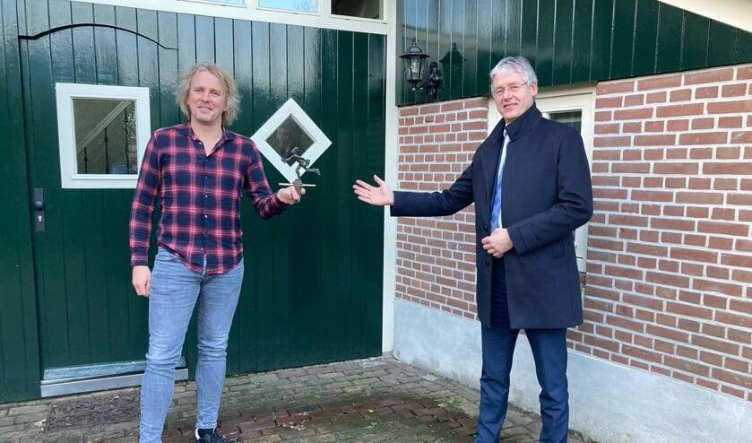 Geertjan Lassche kreeg het beeldje van demissionair minister Arie Slob (Media).  (beeld bnnvara)