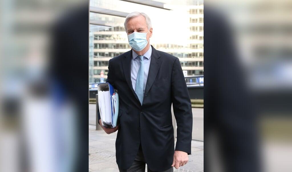 Michel Barnier met het handelsakkoord tussen de Europese Unie en het Verenigd Koninkrijk. Hij citeert graag oud-politicus Pierre Mendès France : 'Offer nooit de toekomst op voor het heden.'  (beeld afp / François Walschaerts)