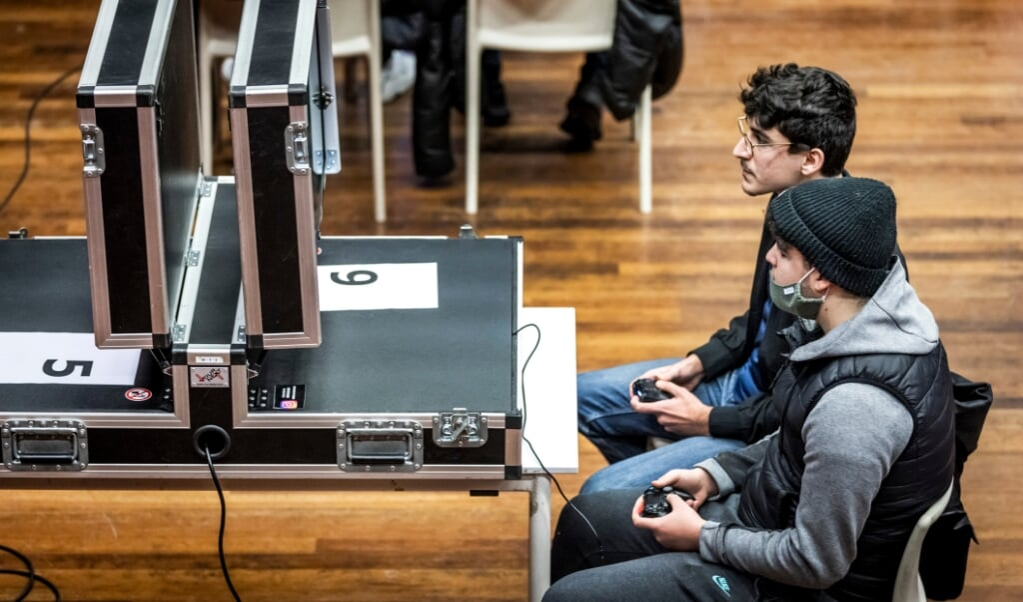 Rond de jaarwisseling werden o.a. gamewedstrijden georganiseerd om jongeren iets te doen te geven.  (beeld anp / Remko de Waal)