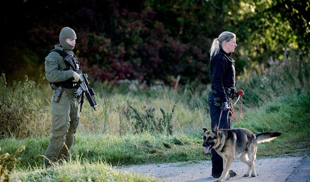 Deense politieagenten zoeken naar de dader van een steekpartij in een asielzoekerscentrum, in september 2015. De linkse regering in Kopenhagen wil het liefst geen enkele asielzoeker meer toelaten.  (beeld afp / Nils Meilvang)