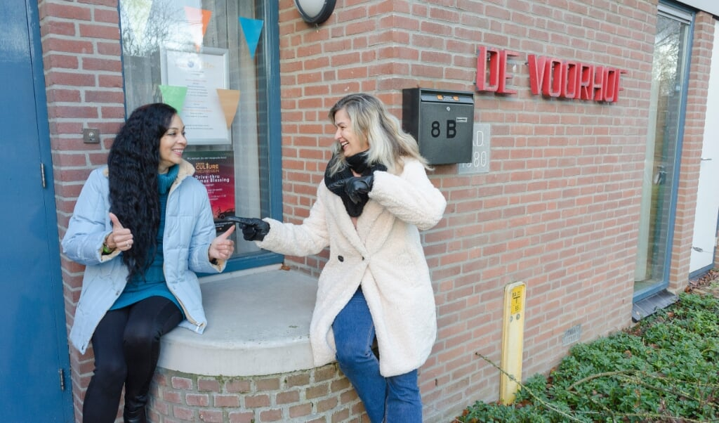 Marlyn Jane Weerden (links) en Tamsen Pardi bij De Voorhof, het gebouw van Cross Culture.  (beeld Margot Berends)