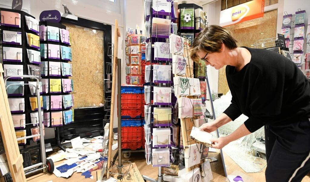 Ondernemer Maaike Neuféglise in haar vernielde Primerawinkel.   (beeld anp / Piroschka van de Wouw)