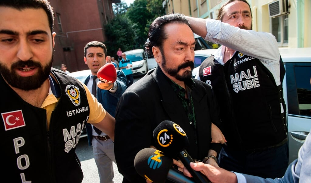 Op 11 juli 2018 arresteerde de Turkse politie Adnan Oktar.  (beeld / afp Photo / Dogan News Agency / - / Turkey out)