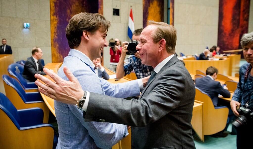 Thierry Baudet, leider van Forum voor Democratie, wordt gefeliciteerd door Kees van der Staaij (SGP) in de Tweede Kamer op de dag na Provinciale Statenverkiezingen. ANP BART MAAT  (beeld anp / Bart Maat)