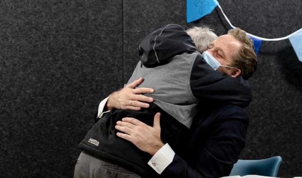 Hugo de Jonge krijgt een knuffel.  (beeld epa / Sander Koning)