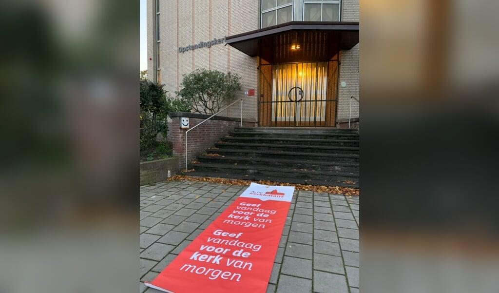 Actie Kerkbalans heeft rode lopers laten maken met de slogan 'geef vandaag voor de kerk van morgen', die kerken buiten voor de ingang kunnen uitrollen.  (beeld actie kerkbalans)