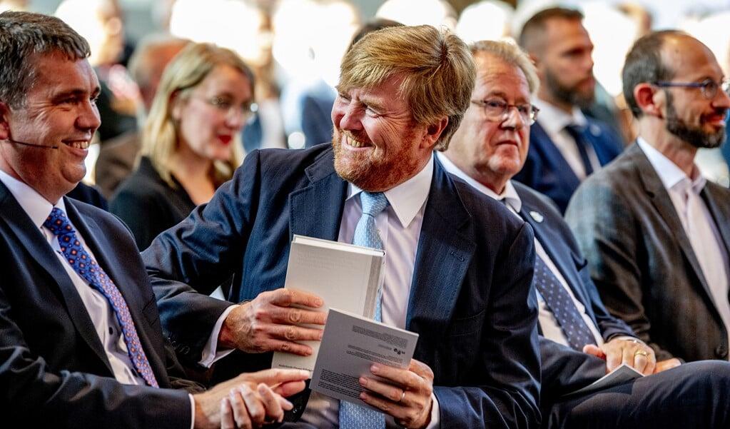 Koning Willem Alexander neemt in de Grote Kerk het eerste exemplaar van de NBV21, de vernieuwde Nieuwe Bijbelvertaling, in ontvangst.   (beeld anp / Robin Utrecht)