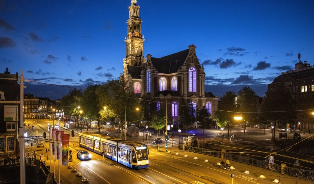 Vragen rekening te houden met jonge lhbti'ers in kwetsbare posities, is geen aanval op christelijke waarden. Beeld: de Westerkerk in Amsterdam werd eerder dit jaar verlicht in regenboogkleuren.  (beeld anp / Ramon van Flymen)
