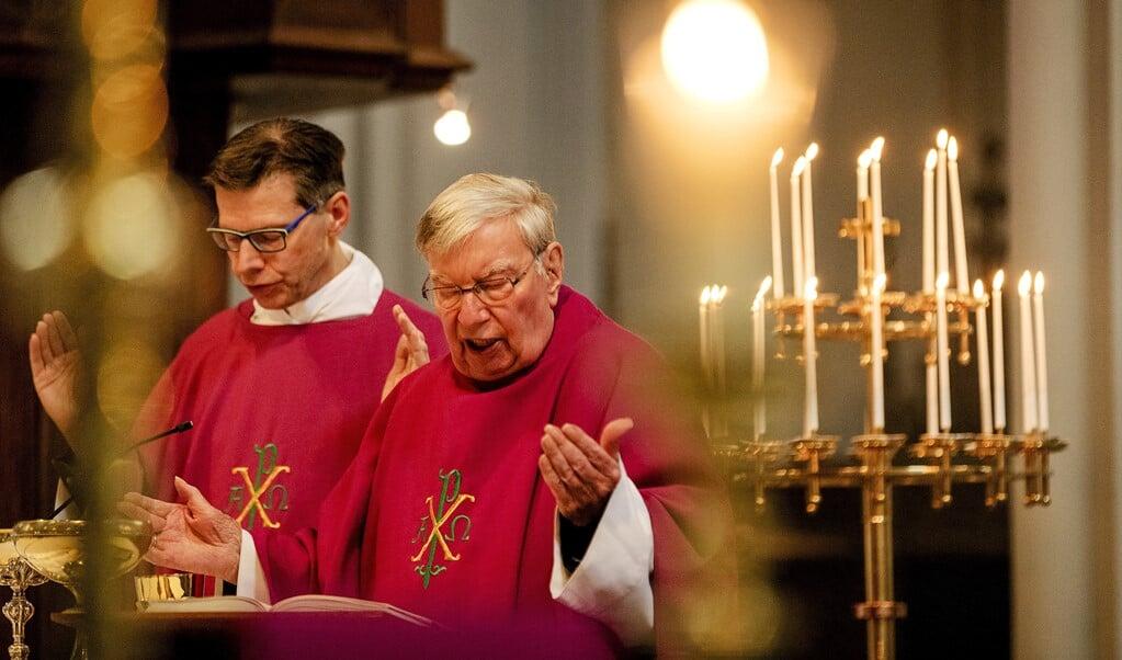 Eucharistieviering in de Sint Jozefkerk in Tilburg. De NBV21 zal door regels van het Vaticaan niet snel in katholieke vieringen worden gebruikt.  (beeld anp / Robin van Lonkhuijsen)