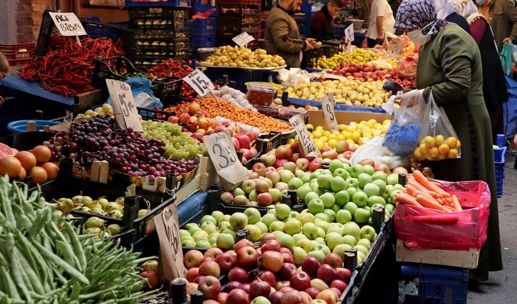 De groenten op de markt zijn voor steeds meer Turken niet meer te betalen.  (beeld Ingrid Woudwijk)