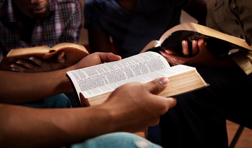 'Bijbellezen is je de woorden opnemen, indrinken. En ze innerlijk omvormen, en je erdoor laten omvormen.'  (beeld iStock / Getty Images)