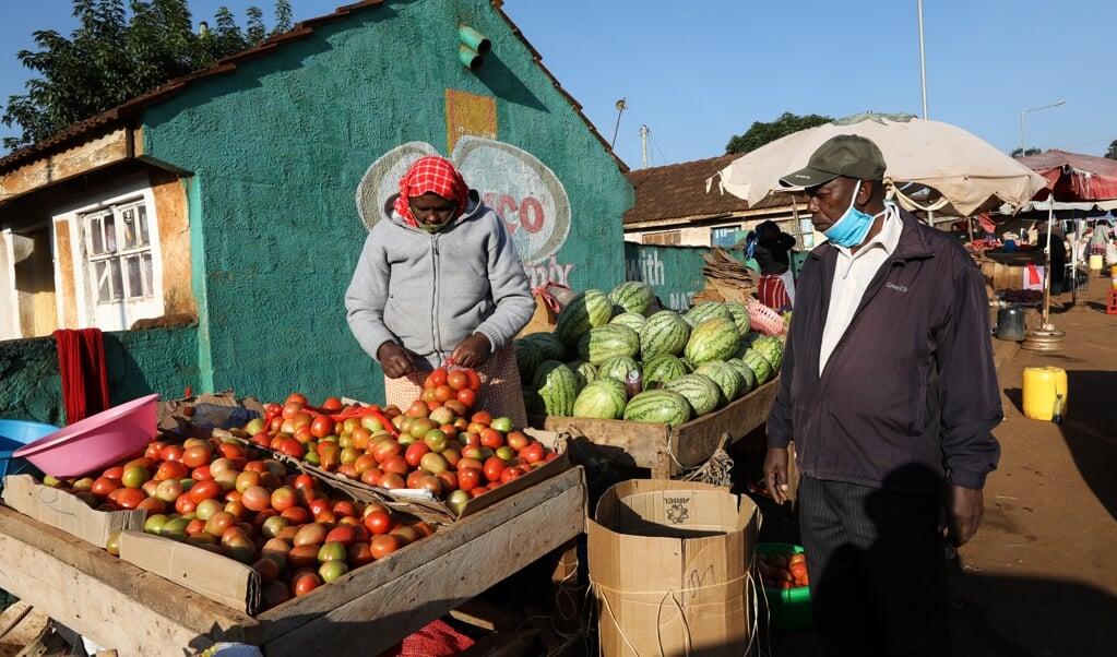 Marktkooplui zijn onderdeel van de informele economie van Kenia. Zij moeten rondkomen van de dagelijkse verkoop van fruit.  (beeld epa / Daniel Irungu)