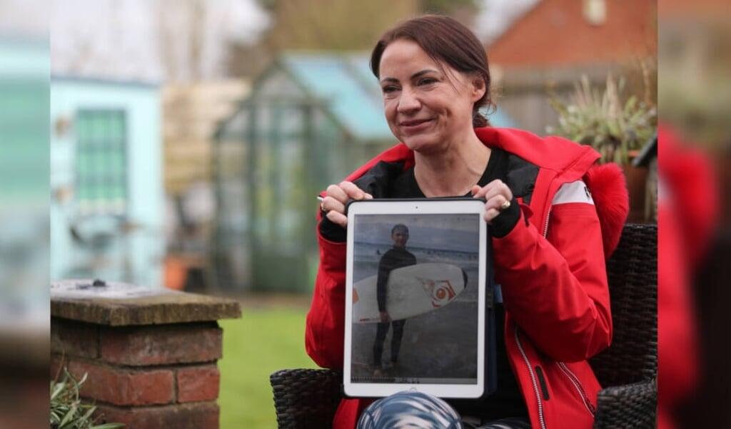 Tante Sally met een oude foto van Joseph Flavill.  (beeld jeugdjournaal)