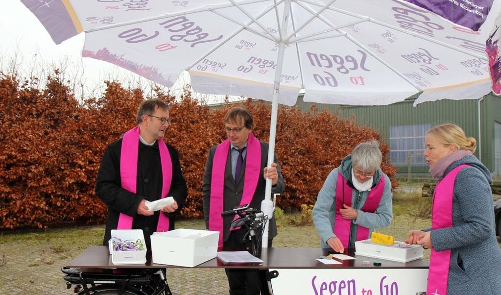 Predikanten in het Duitse Wismar brengen zegen rond met een bakfiets.  (beeld elkm)