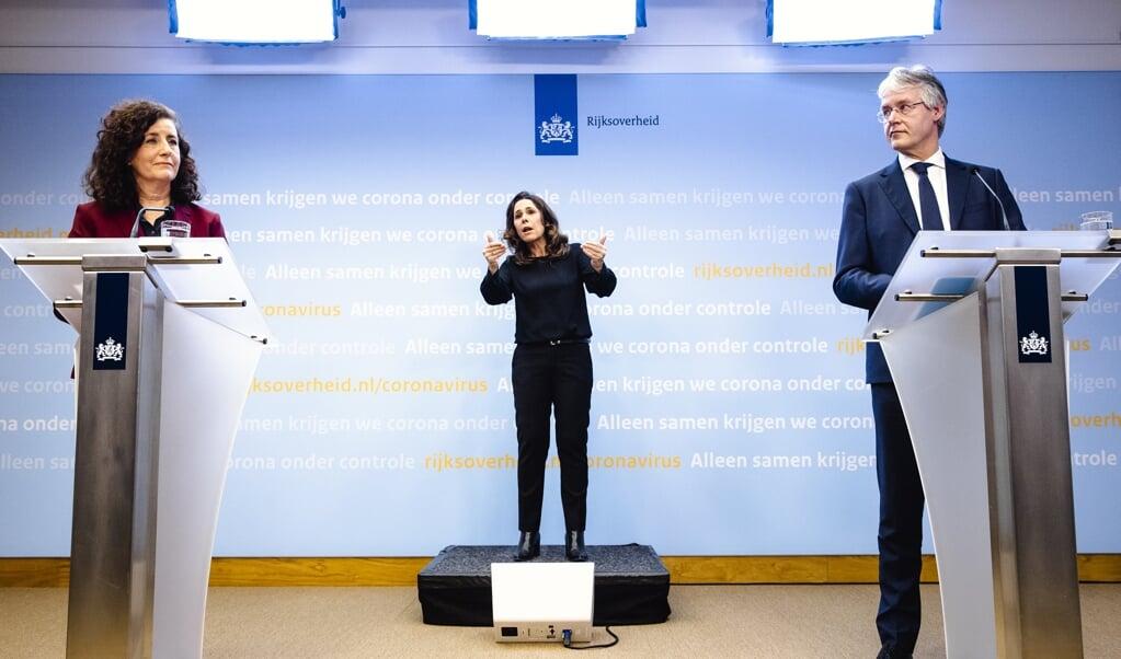 Ingrid van Engelshoven, demissionair minister van Onderwijs, Cultuur en Wetenschap, en Arie Slob, demissionair minister voor Basis- en Voortgezet Onderwijs en Media, presenteren een nationaal programma tegen achterstanden in het onderwijs.  (beeld anp / Sem van der Wal)