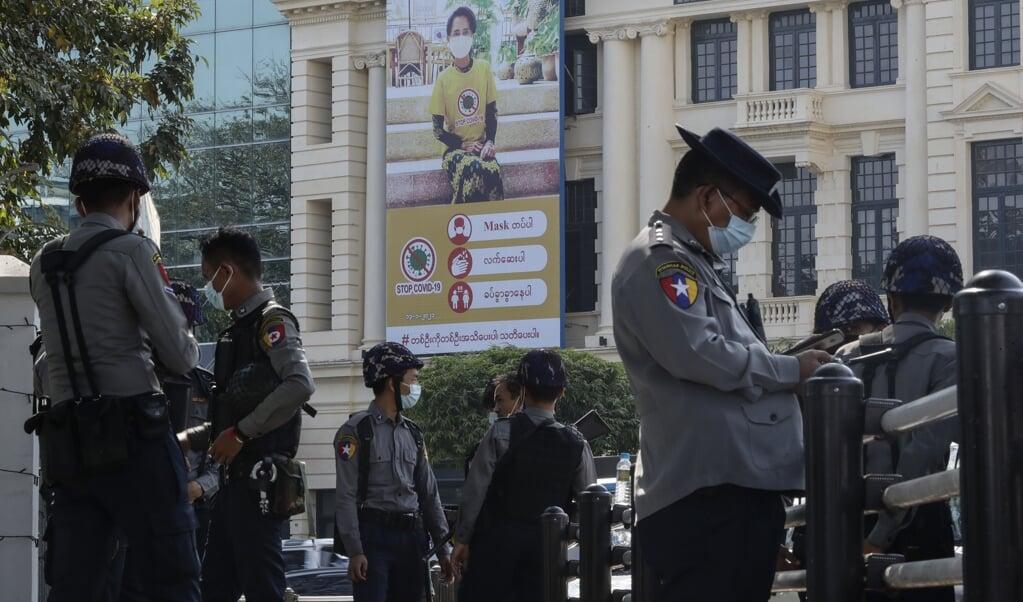 Politieagenten houden de wacht in de stad Yangon, nadat de militairen voor een jaar de noodtoestand in Myanmar hebben afgekondigd.  (beeld EPA / Lynn Bo Bo)