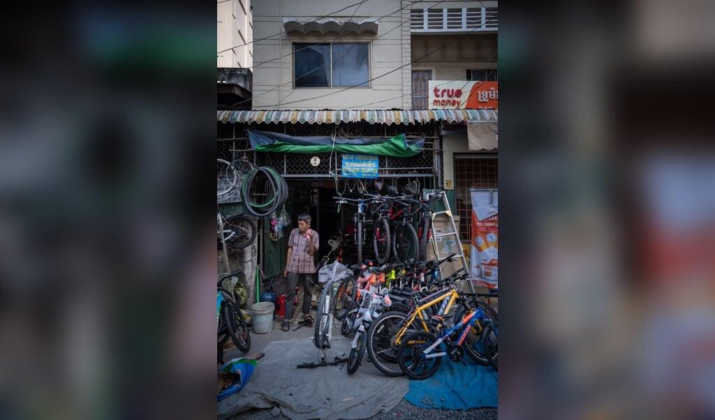 Een fietsenhandelaar in het centrum van de Cambodjaanse hoofdstad Phnom-Penh.  (beeld Antoine Raab)
