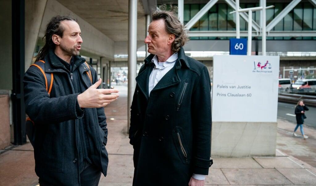 Willem Engel en jurist Jeroen Pols van actiegroep Viruswaarheid.  (beeld anp / Bart Maat)