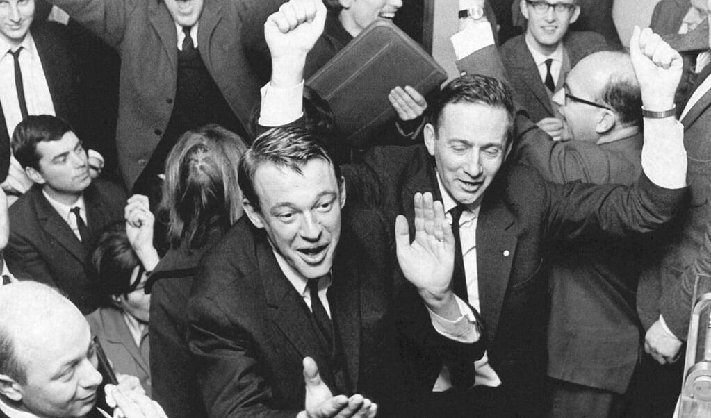 D66-lijsttrekker Hans van Mierlo viert de verkiezingsoverwinning in 1967.  (beeld anp)