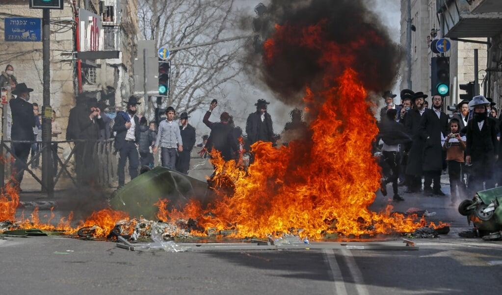 Ook in de wijk Mea Shearim in Jeruzalem waren er confrontaties tussen ultra-orthodoxe betogers tegen de lockdown en de politie.  (beeld afp / Ahmad Gharabli)