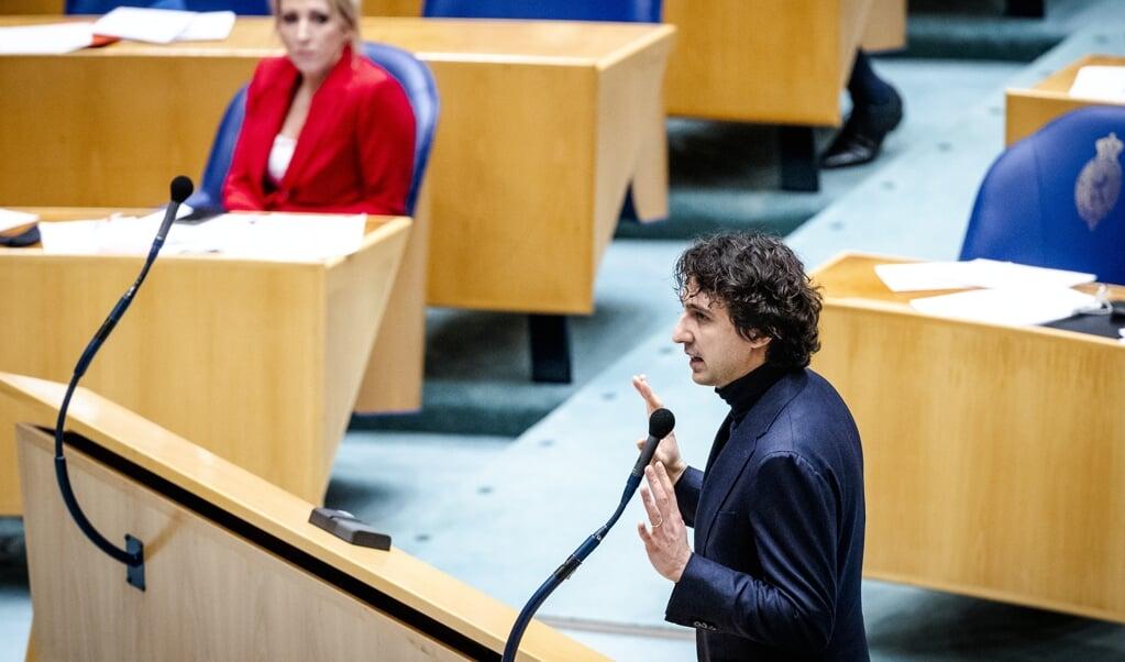 Lilian Marijnissen (SP) en Jesse Klaver (GroenLinks) tijdens het debat over de ontwikkelingen rondom het coronavirus.  (beeld anp / sem van der wal)