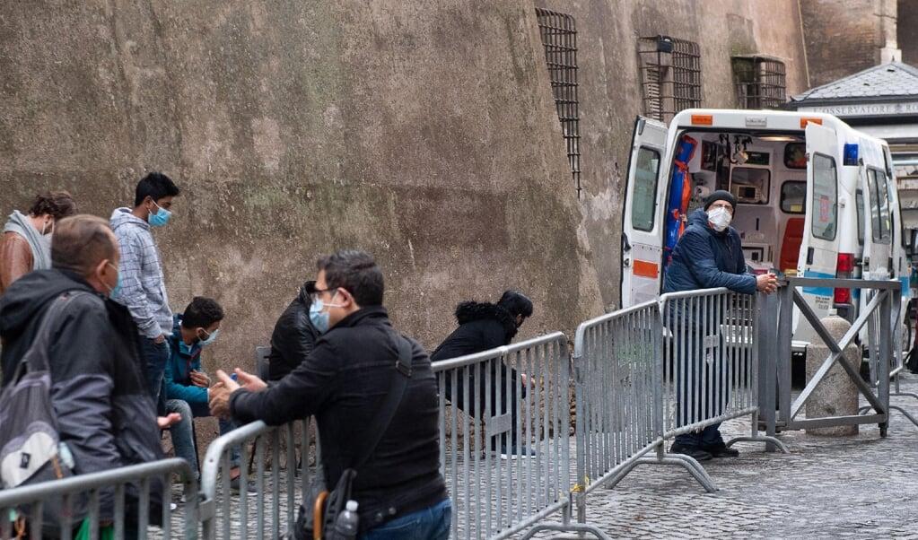 Sinds november kunnen armen en daklozen zich al gratis door het Vaticaan laten testen op het coronavirus. Dat is een initiatief van de paus en zijn armenaalmoezenier kardinaal Konrad Krajewski.   (beeld afp / Vatican Media)