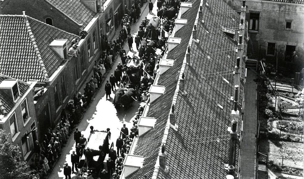 De herbegraving van de op de Waalsdorpervlakte omgekomen Geuzen.  (beeld stadsarchief vlaardingen)