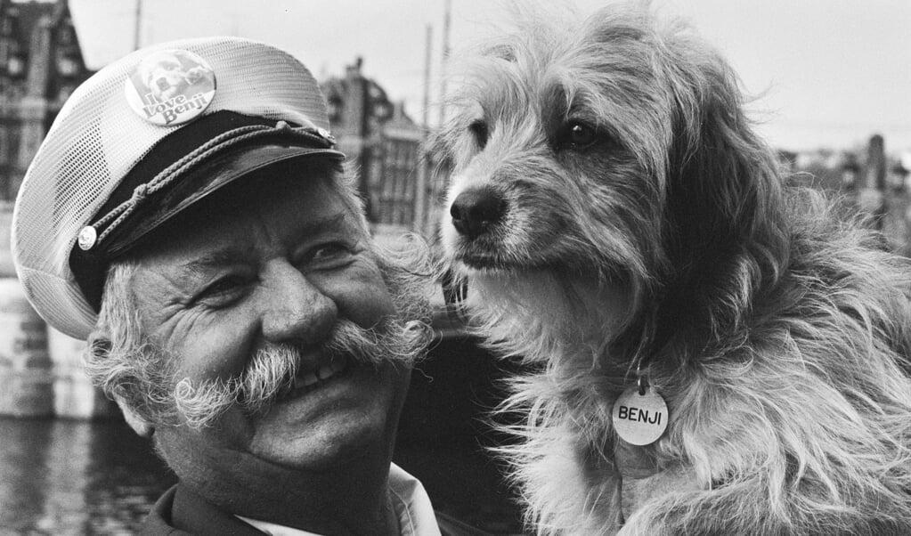 Trainer Frank Inn met het hondje Benji in Amsterdam, 8 maart 1979.  (beeld nd)