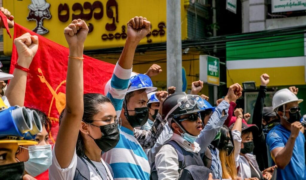 Protesten tegen de coup in Yangon.   (beeld afp / Facebook)