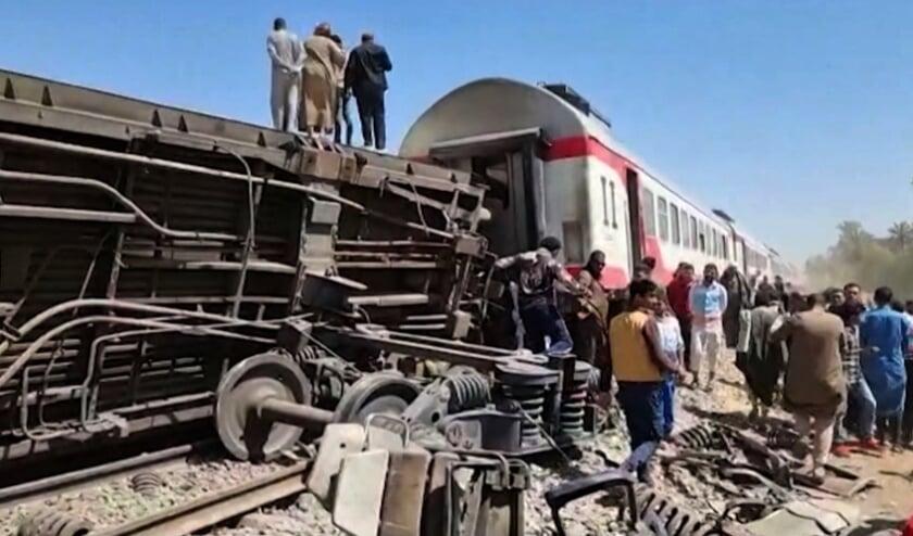 Een stilstaande trein werd van achteren geramd.  (beeld afp)