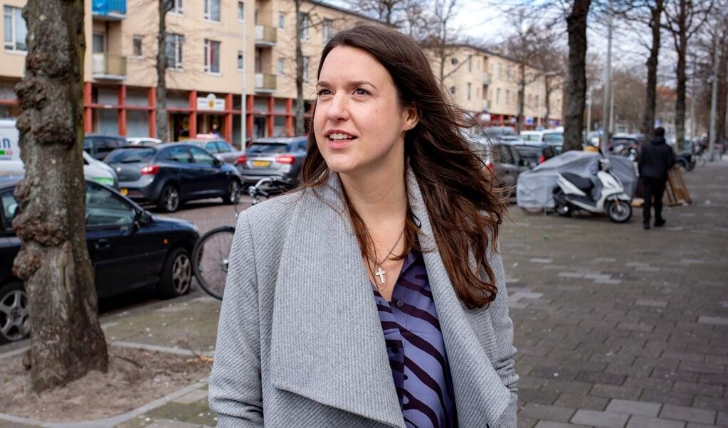 Bettelies Westerbeek voorganger en buurtpastor in Moerwijk in Den Haag: 'Hoop is iets anders dan optimisme. Je hoeft niet altijd optimistisch te blijven, want soms is het leven gewoon niet mooi.'  (beeld Dirk Hol)