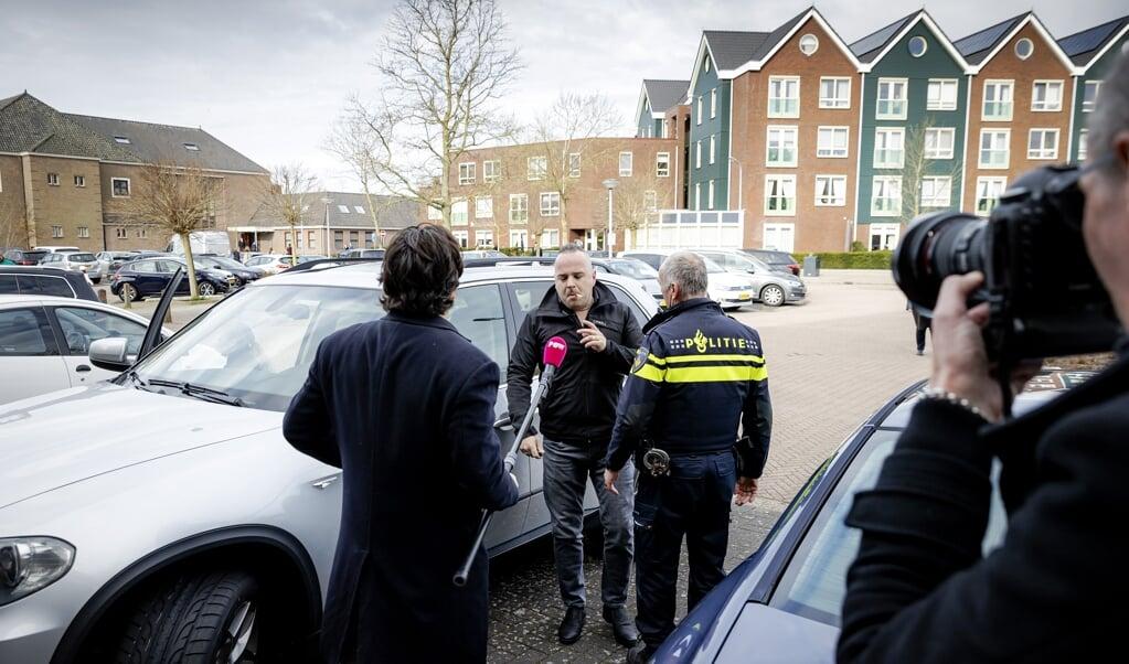 Bij de Sionkerk op Urk reed een auto aan tegen een verslaggever van PowNed. Eerder was hij al geschopt.  (beeld anp)