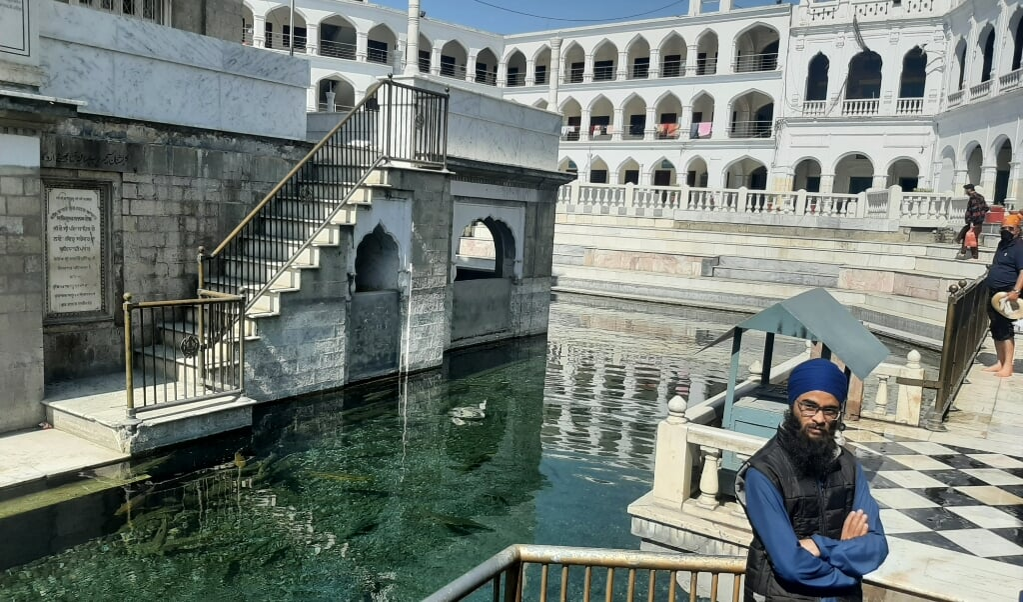 In het bassin liet Guru Nanak volgens de overlevering zijn handdruk achter.  (beeld Wilma van der Maten)