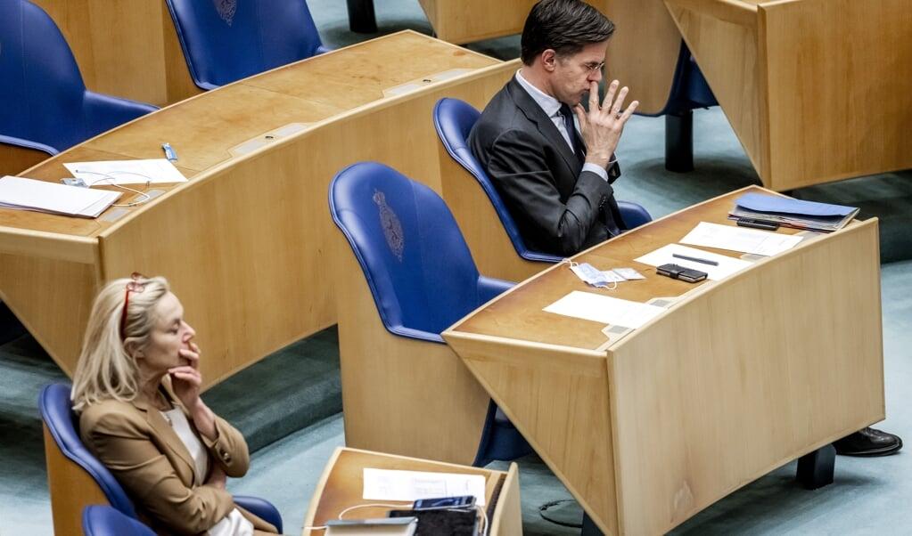 Sigrid Kaag (D66) en Mark Rutte (VVD) in de Tweede Kamer tijdens het debat over de mislukte formatieverkenning.  (beeld anp / Remko de Waal)