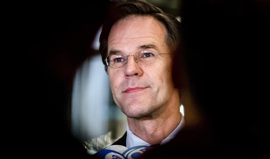 Mark Rutte staat de pers te woord in de Tweede Kamer na afloop van het debat over de mislukte formatieverkenning.  (beeld anp / Remko de Waal)