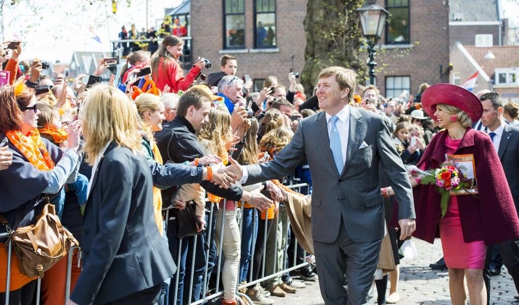 Koning Willem-Alexander en koningin Máxima vieren Koningsdag in Dordrecht in 2015.  (beeld anp / Frank van Beek)