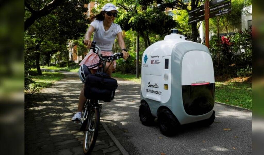 Deze rijdende robot in Singapore bezorgt al je boodschappen.  (beeld jeugdjournaal)