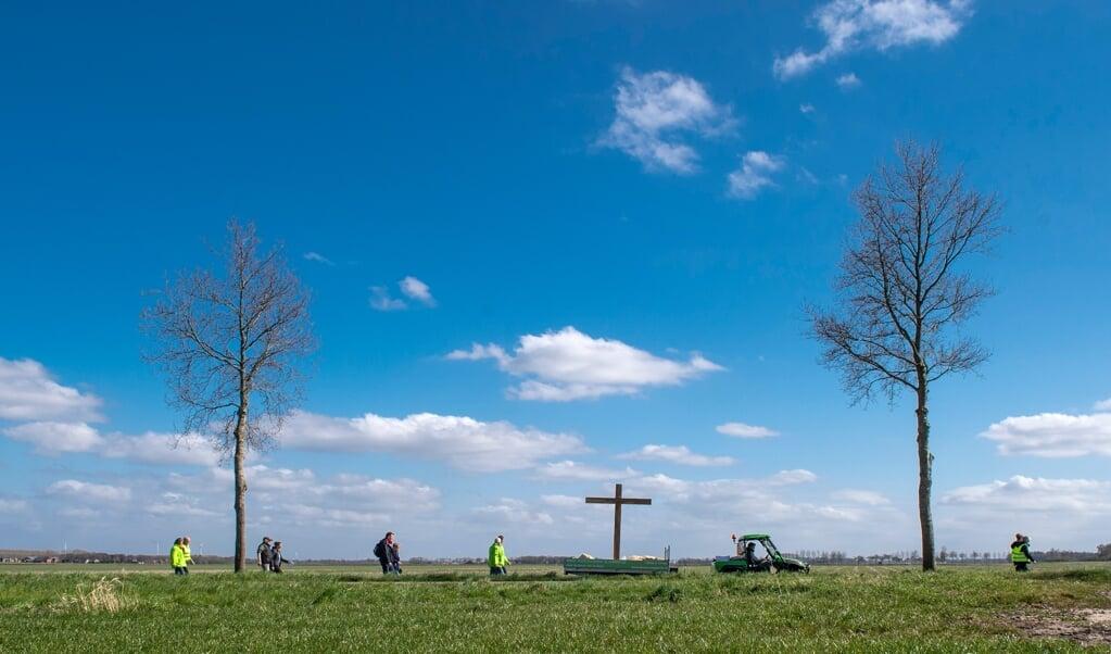 De deelnemers aan de dorpentocht316 bidden voor de dorpen waar ze doorheen trekken, voor eenheid onder christenen en voor bloei van het dorp.  (beeld Duncan Wijting)