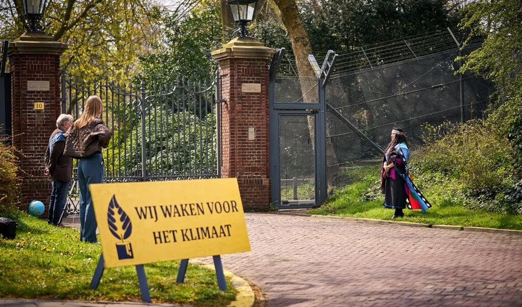 Klimaatactivisten zijn afgelopen week een Klimaatwake begonnen bij het Catshuis in Den Haag. De wake gaat door zolang de kabinetsformatie voortduurt. De noodhulporganisatie ZOA heeft besloten ook mee te doen.  (beeld anp / Phil Nijhuis)