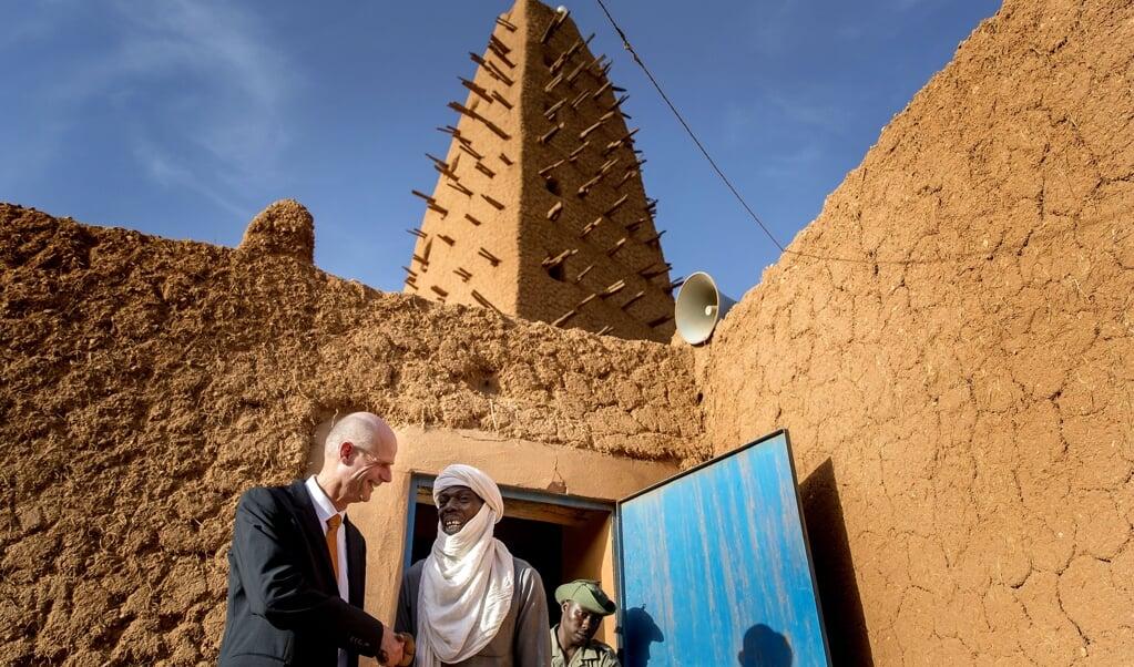 Minister Stef Blok van Buitenlandse Zaken tijdens een bezoek aan de Grote Moskee in Niger in 2018. 'We willen kansen benutten, zowel politiek als economisch.'  (beeld anp / Koen van Weel)