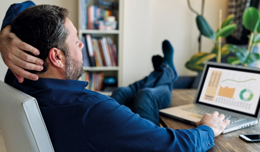 Businessman working at home.  (beeld istock)