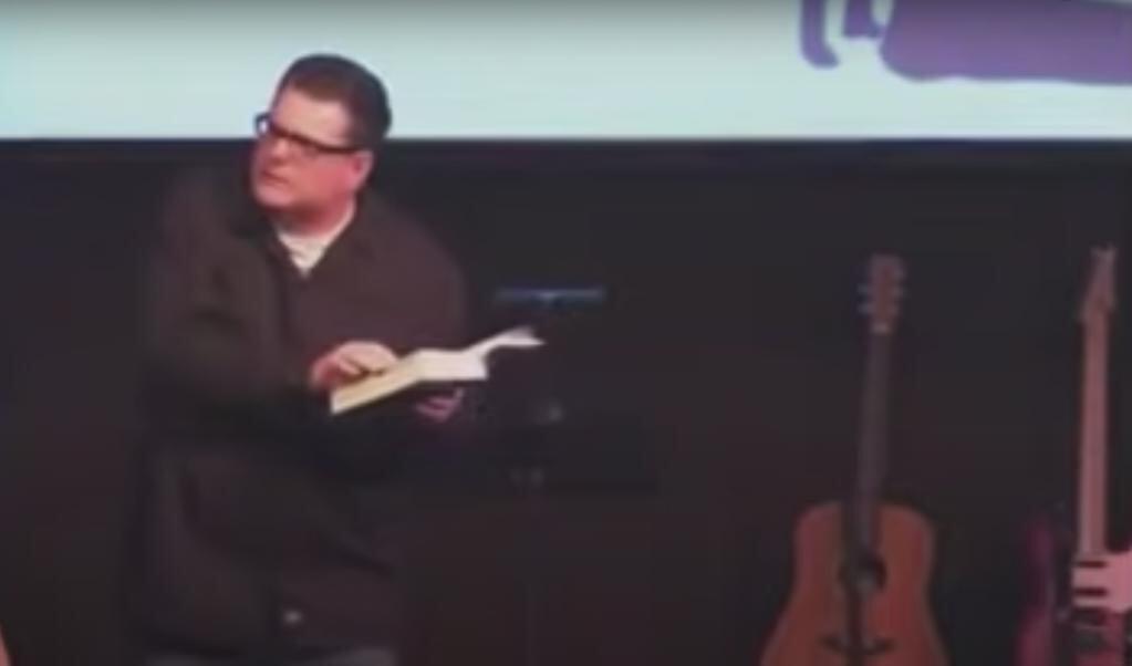 Voorganger Stewart-Allen Clark tijdens de beruchte preek.  (beeld Youtube)