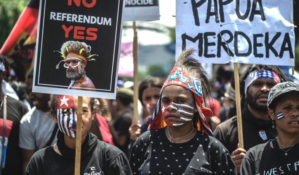 De Amerikaanse (oorlogs)verslaggever John Martinkus zag nergens 'een systematischer onderdrukt en geïsoleerd volk dan de Papoea's'.  aanhangers van de Organisasi Papua Merdeka (OPM) voeren actie voor een onafhankelijk Papua.  (beeld afp / Juni Kriswanto)