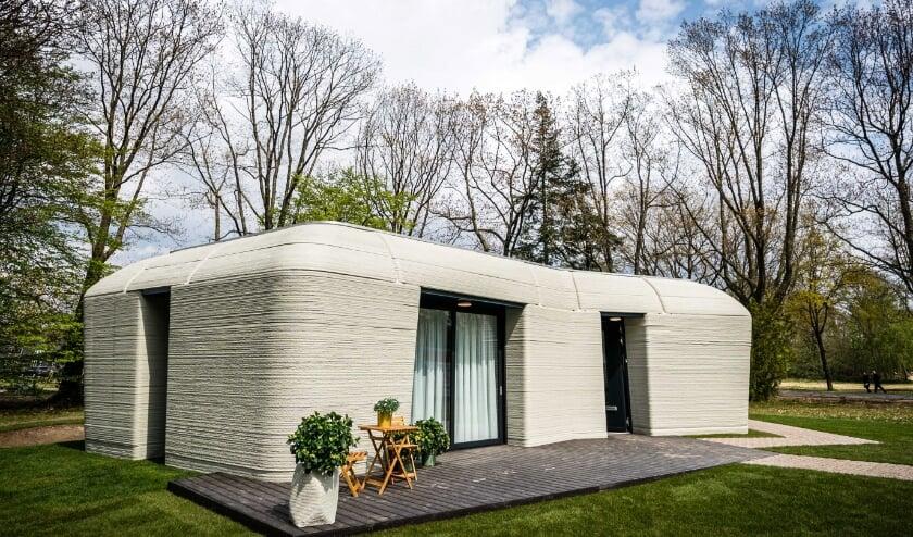 Volgens de bouwers is het 3D-betonprinten van huizen sneller en duurzamer.  (beeld epa / Rob Engelaar)
