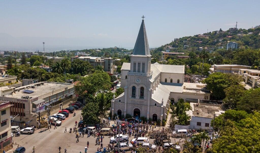 De kerk van San Pedro in Port-au-Prince, de hoofdstad van Haïti waar bisschoppen op 15 april tijdens de mis baden voor de zeven ontvoerde geestelijken en drie familieleden.  (beeld Epa / Jean Marc Herve Abelard)