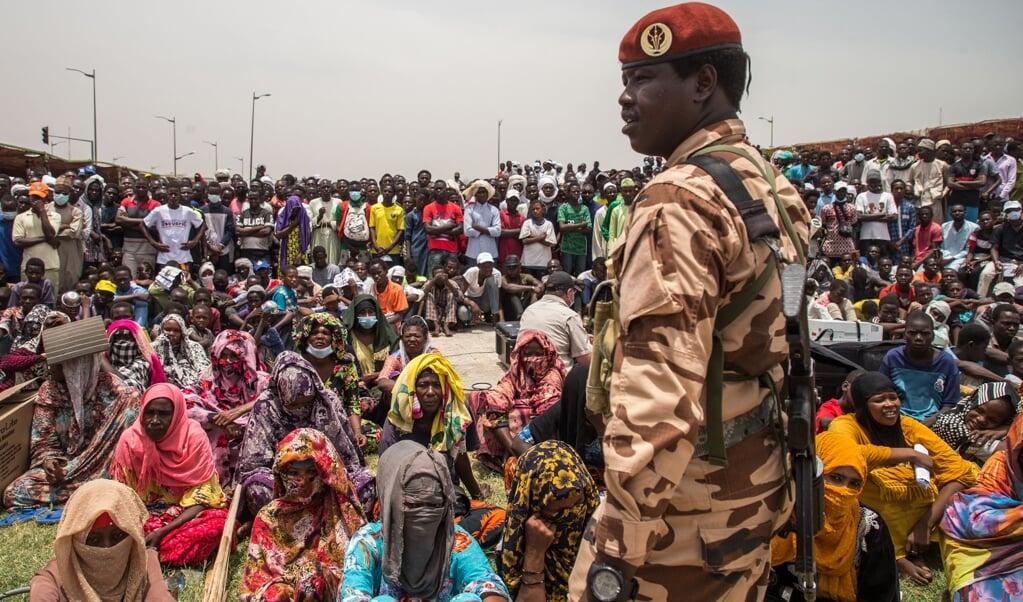 De staatsbegrafenis van de voormalige Tsjadische president Idriss Déby.  (beeld afp / Christophe Petit Tesson)