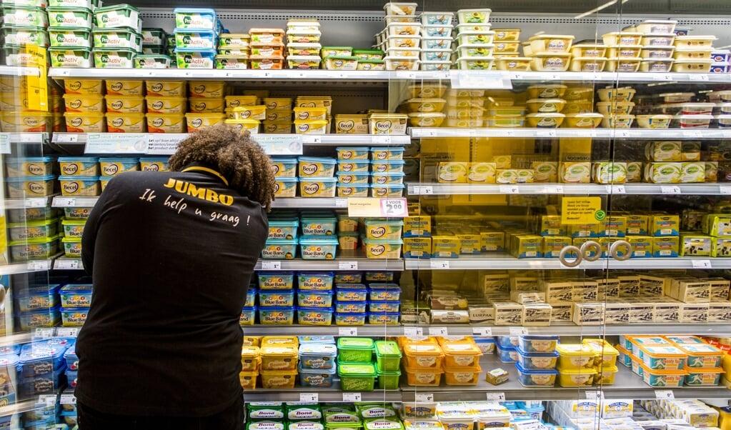 Een Jumbo-medewerker aan het werk in een filiaal in Zwijndrecht. Bij Jumbo komen de functies 'afdelingschef' en 'eerste medewerker' te vervallen.  (beeld anp / Marco de Swart)